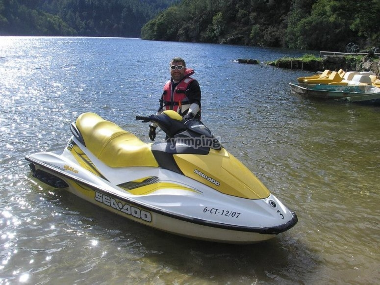 Junto a la moto de agua