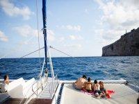 Fiesta a bordo de un catamarán por la playa de Valencia
