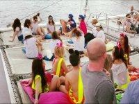 Fiesta a bordo del catamarán en una despedida de soltero