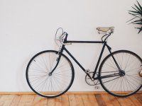 logocamaleonsports自行车靠在墙上