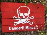 Cartel de minas en el escenario de paintball