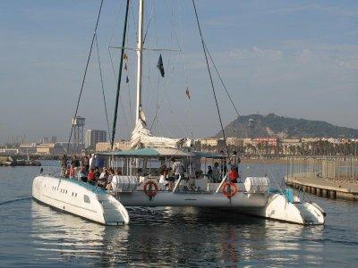 Navegar en catamarán costa de Barcelona grupos