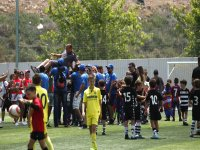 小足球运动员与教练一起