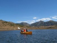 一整天的乐趣与您的家人享受独木舟
