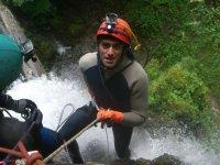 在水池中下降的下降登山运动