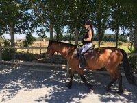 A lomos del caballo con casco de seguridad