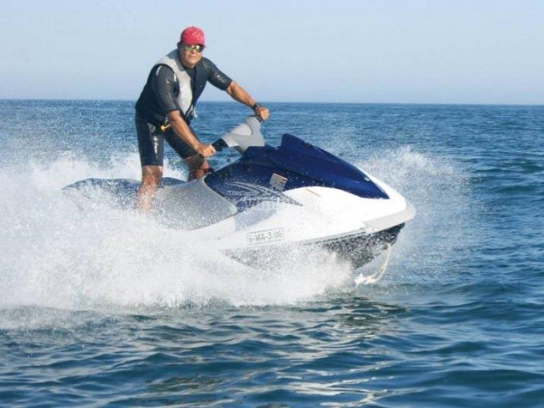 Conduciendo la moto en el mar de pie