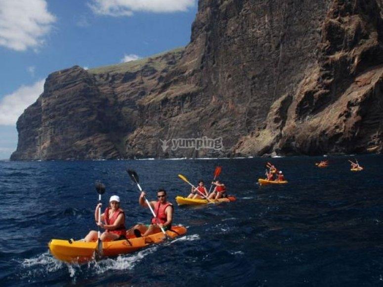 Explorando la costa en kayak