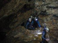 paseando dentro de la cueva