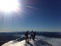 在雪地上到logonaturocioturismoactivo的顶部