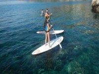 Practicando paddle surf en las costas andaluzas