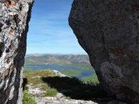 mira entre las rocas