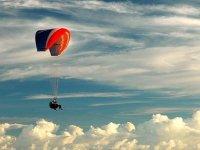 云层之间的飞行