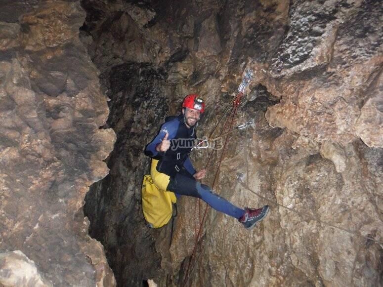 Explora la cueva de los Chorros