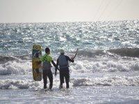 一流的实践风筝冲浪在水中