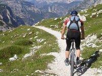 骑自行车的人在路上