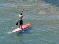 三个朋友桨桨冲浪乘坐