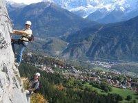 徒步攀登铁索攀岩登山的朋友