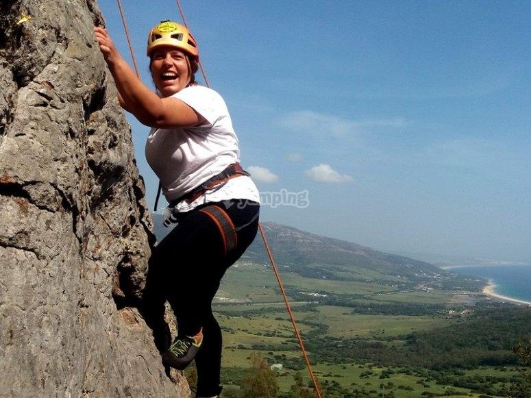 Mujer escalando montana