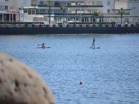 在特内里费岛南部的桨冲浪