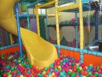 El tobogan y la piscina de bolas