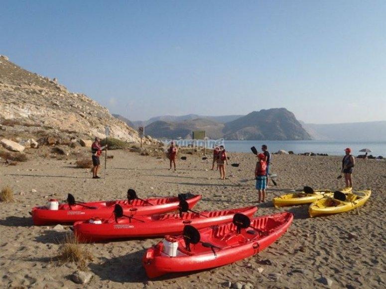 kayaks preparados en la orilla