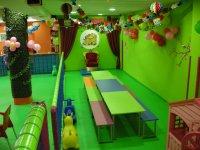 zona de celebraciones con mesas y globos en las paredes.JPG