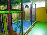 zona deportiva con cuerdas y canasca de baloncesto.JPG