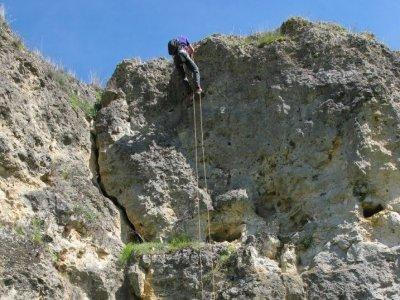 Sessione di discesa in corda doppia a Turégano Sierra de Guadarrama