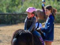小马背上的女孩