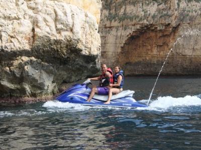 在Moraira的水自行车用香蕉和飞鱼