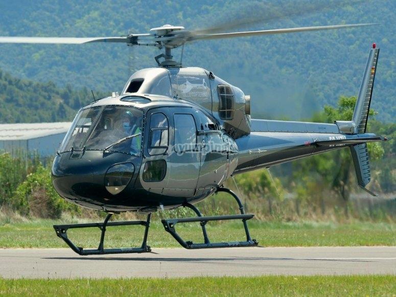 Helicóptero AS355N en la pista