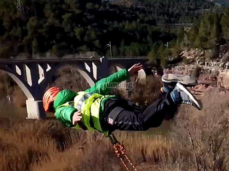 saltando del puente