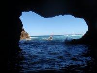 Visitando una de las cuevas