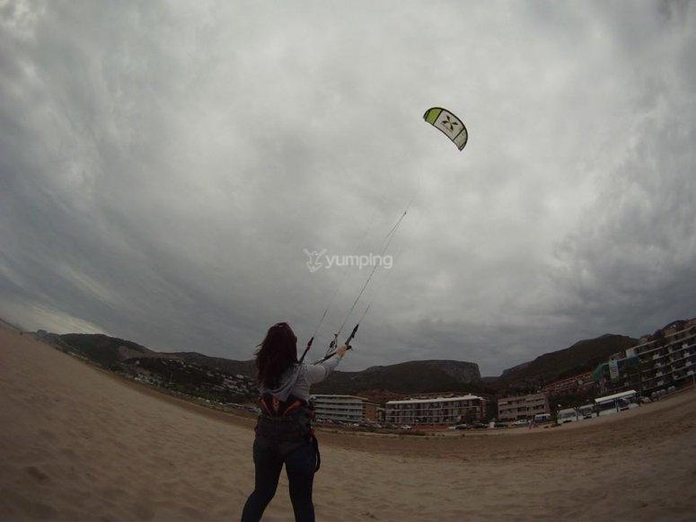 管理土地风筝风筝莱斯的海滩上Botigues