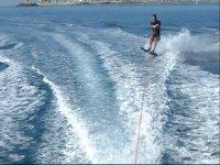 Porbando a esquiar sobre el agua