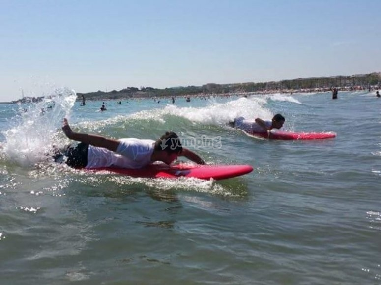 Castelldefels的年轻冲浪者