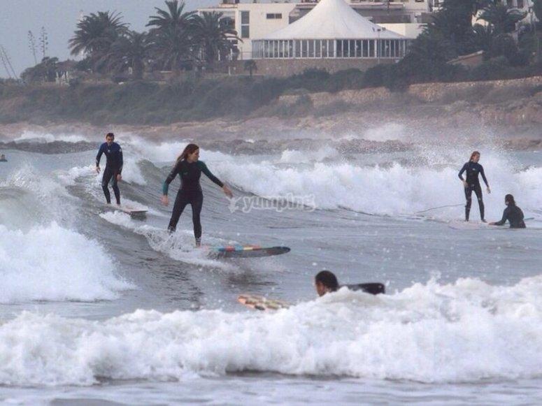 冲浪在Castelldefels冲浪--999-准备站在冲浪板上