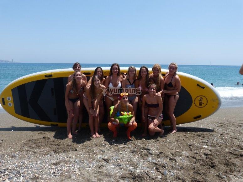 Junto a la gran tabla de surf