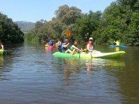 kayak a lo largo del rio