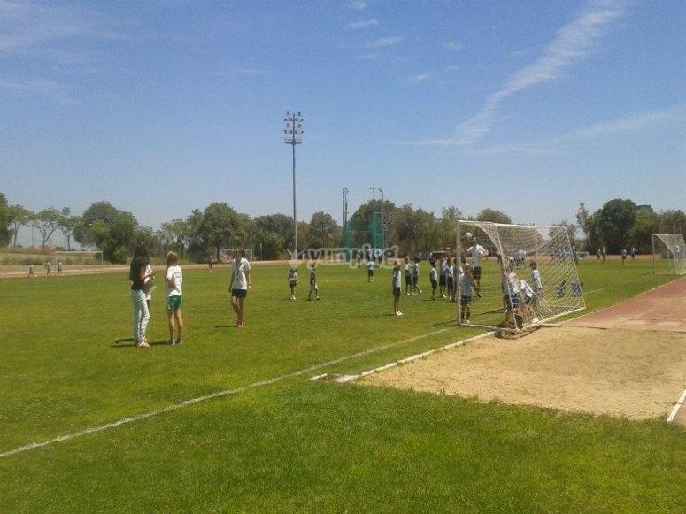 En el campo de futbol