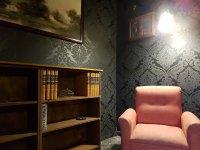 Sala con sofa y libreria