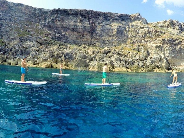 paddle surf cerca de las rocas