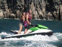 沿着峭壁夫妇滑水摩托艇乘坐