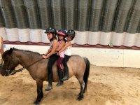 Alumnas de equitación practicando el equilibrio