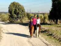 Peques dando un paseo a caballo por las afueras de Madrid