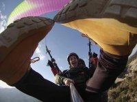 女孩用脚在相机中飞翔