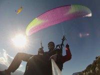两个客户享受滑翔伞飞行