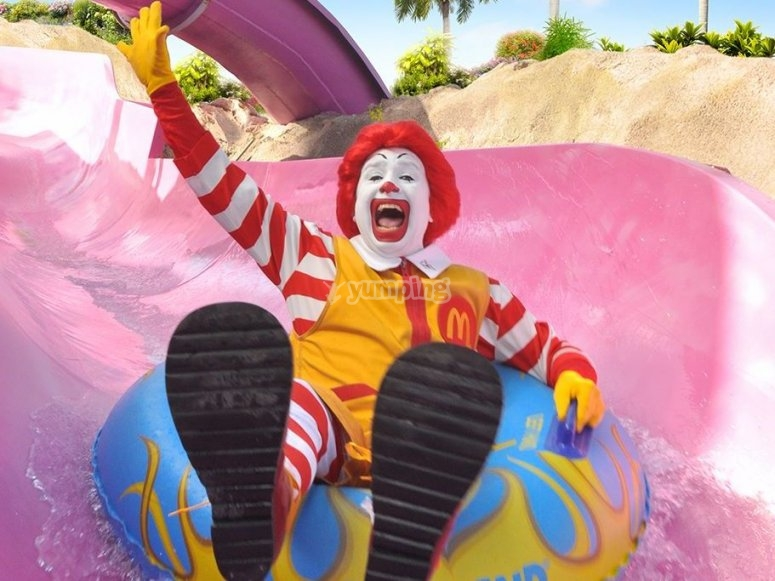 Ronald Mcdonald visita el parque