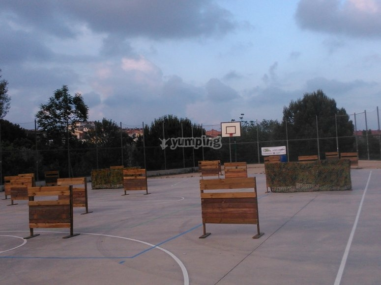 Escenario en cancha de baloncesto